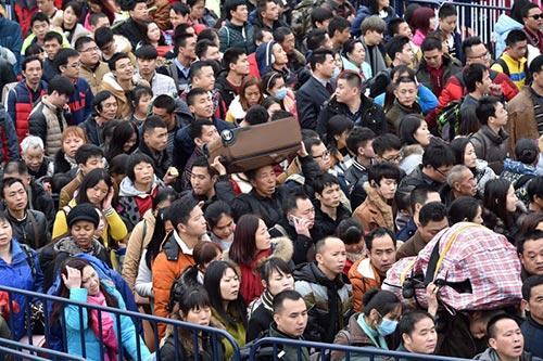 Des milliers de passagers bloqués à la gare de Canton