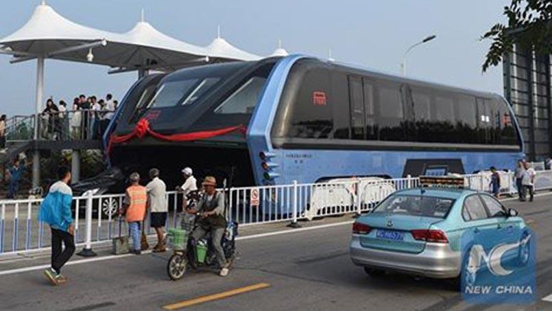 """Premier test du """"bus volant"""" en Chine"""