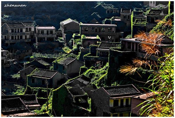 village abandonné englouti par la nature